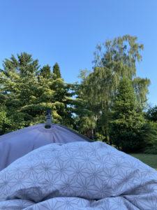 Hängematte mit Beckdecke und blauem Himmel